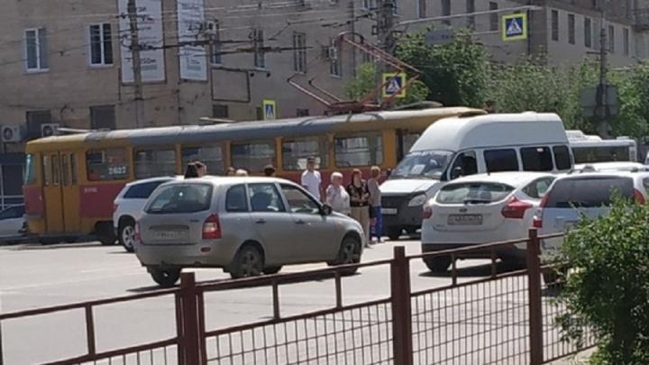 В Волгограде трамвай протаранил маршрутку