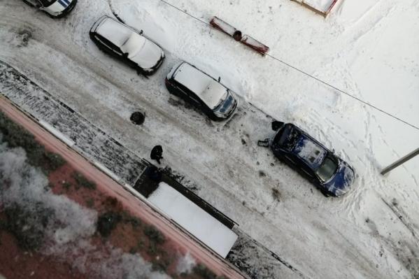Школьница рухнула на Mazda 3, припаркованную у входа в подъезд