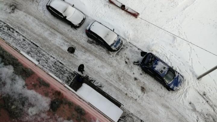 Рухнула на припаркованный автомобиль: после гибели девочки водители обсуждают, кто починит машину
