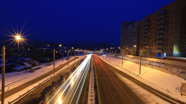 «Может, так и надо?»: красноярцы объезжали закрытый съезд с новой развязки по газону