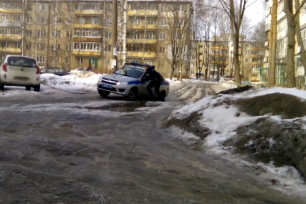 Машина не смогла самостоятельно выехать из двора