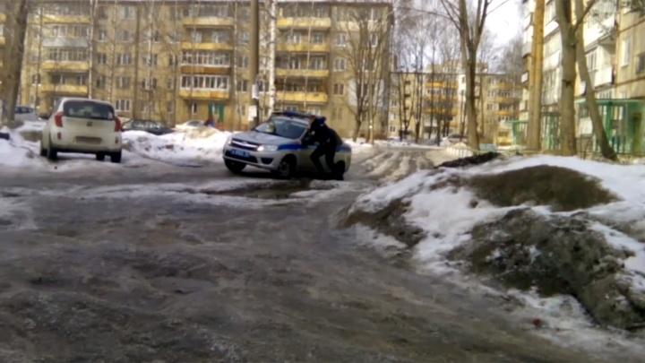 В ледяных ямах ярославского двора застряла полицейская машина: видео