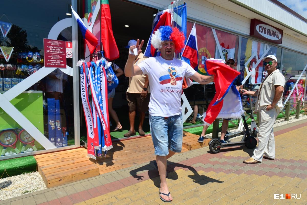 Казаки в меховых шапках и флаги за 2500 рублей: смотрим, как Сочи готовится к четвертьфиналу ЧМ