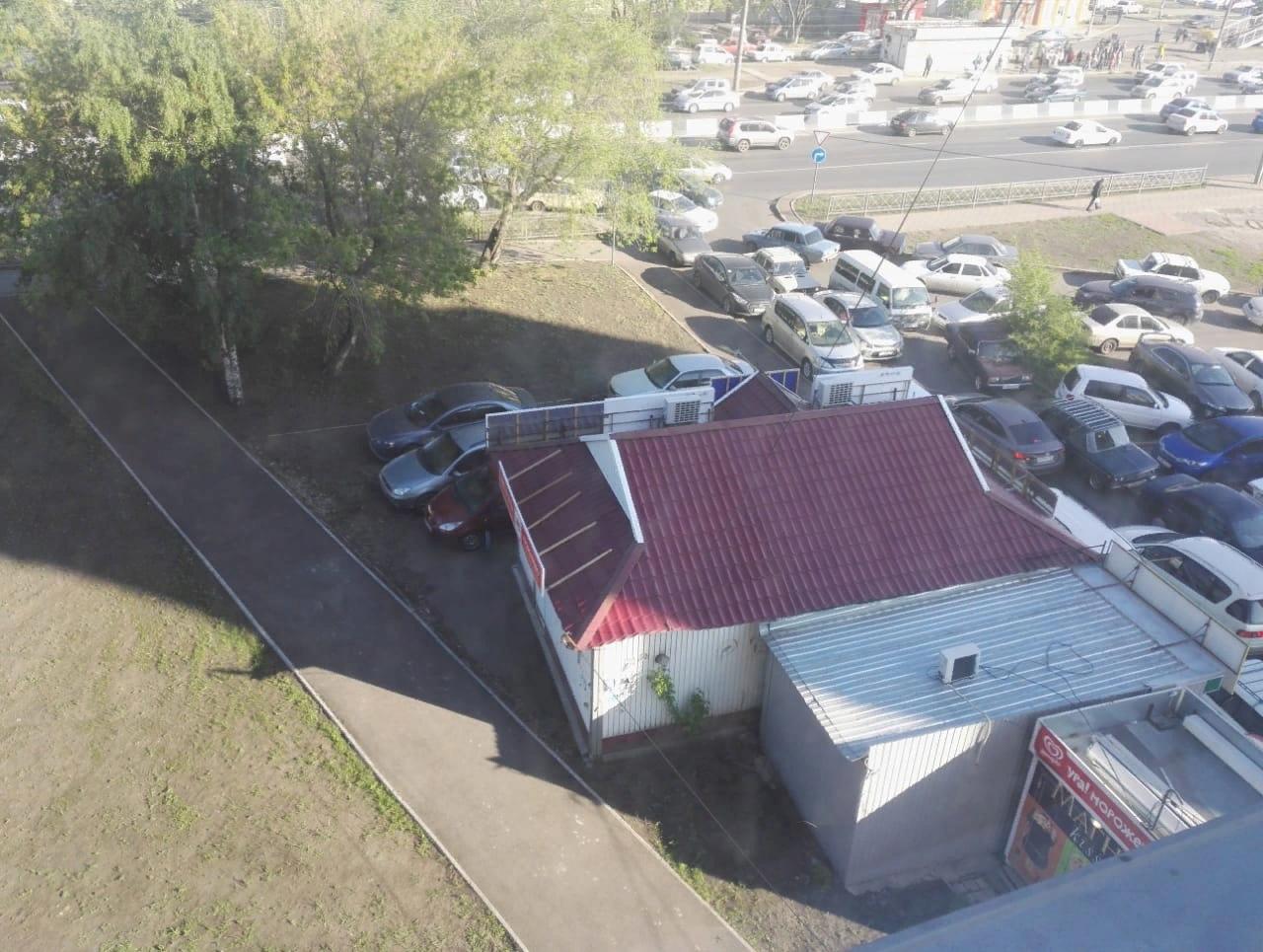 Машины разбросаны по парковке и мешают выезду друг друга