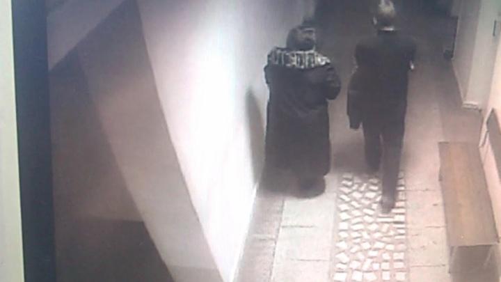 Промышляли мать с сыном: челябинские полицейские раскрыли кражу в поликлинике