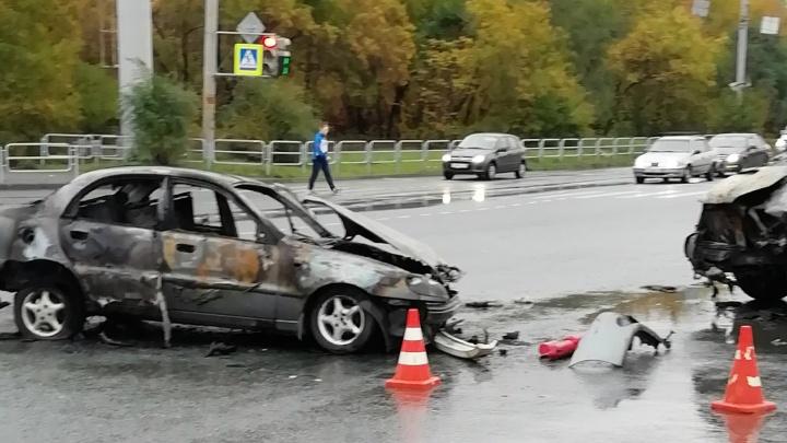 На перекрёстке в Челябинске после ДТП загорелась маршрутка