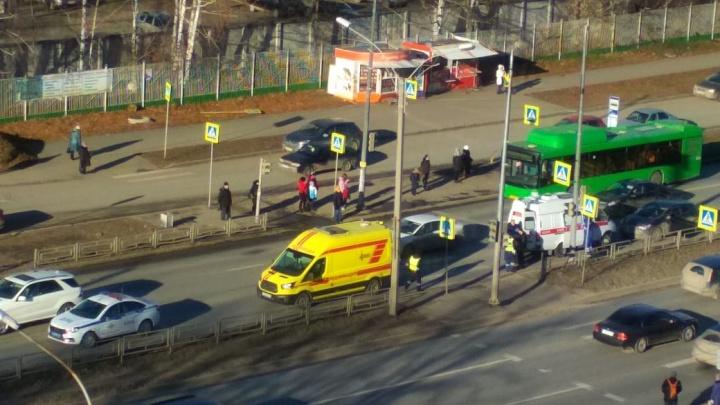Напротив горбольницы на Серафимы Дерябиной автомобиль сбил двух человек
