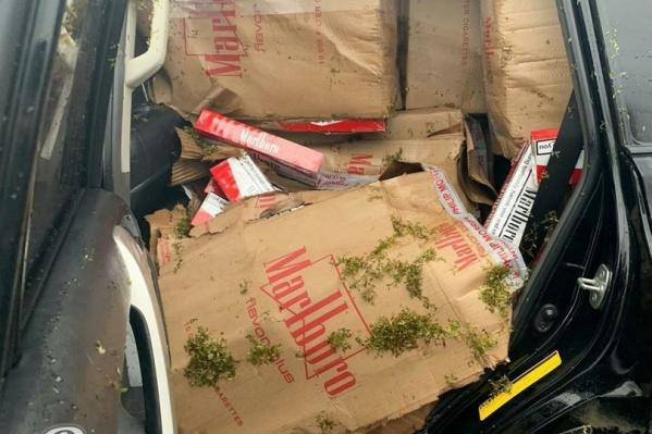 В автомобиле находились контрафактные сигареты