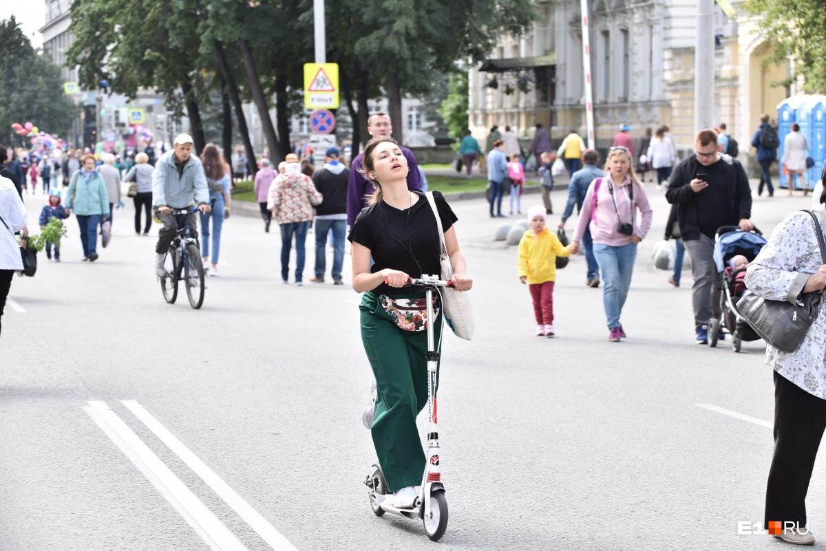 Так как из-за перекрытий добраться в центр на машине или общественном транспорте стало проблематично, многие пересели на велосипеды и самокаты