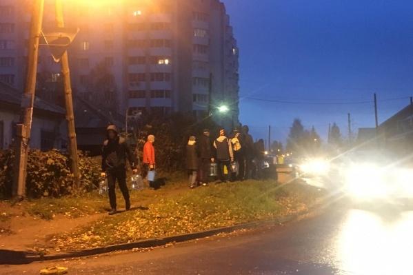По наблюдениям журналистов, очереди к колонкам стоят со вчерашнего вечера