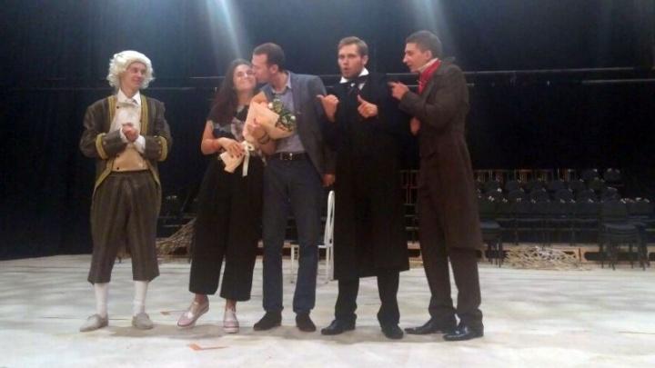 На сцене, но по-настоящему: челябинский театр стал местом для романтичного предложения руки и сердца