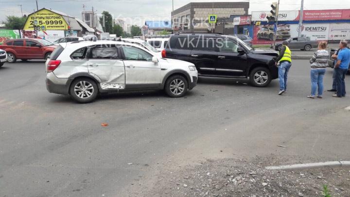 Торопливый водитель без разрешения повернул под внедорожникна Шахтёров