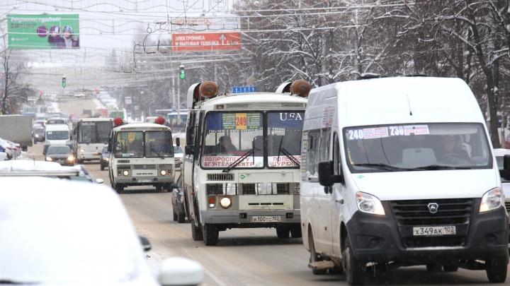 Разговаривал на ходу по видеосвязи: на дороге в Уфе засняли водителя-«многостаночника»