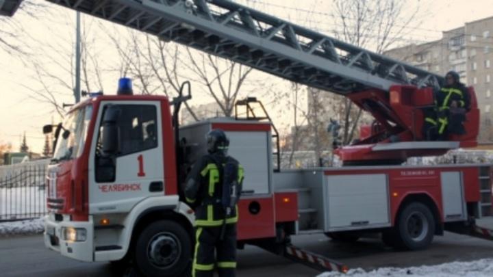 Оставили одного дома: в Челябинске из загоревшейся квартиры спасли шестилетнего ребёнка
