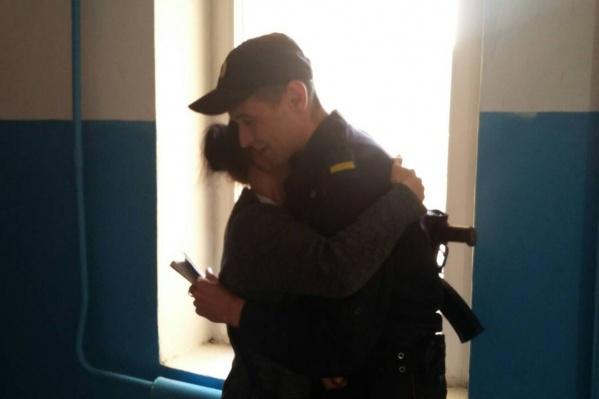 Мама мальчика благодарила сотрудника нацгвардии за спасение сына
