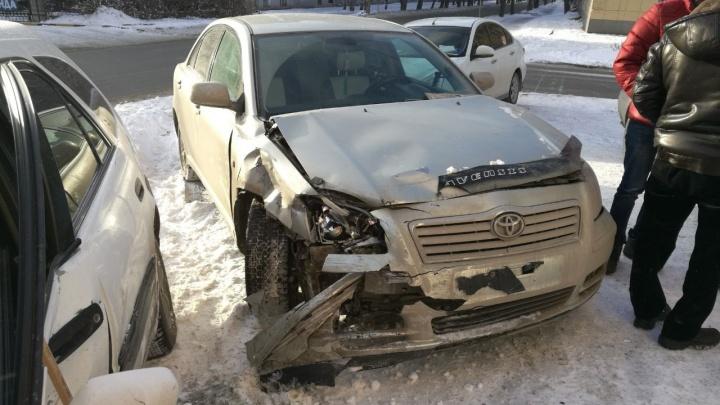 Две «Тойоты» вылетели на тротуар после аварии на Народной