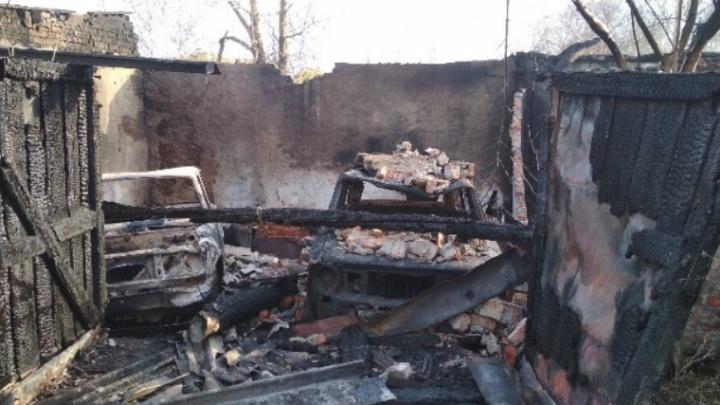 «Машины сгорели с гаражами»: пожар в челябинской «запретке» перерос в уголовное дело