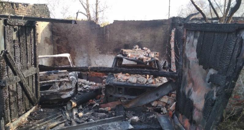 Вместе с гаражными боксами сгорели оставленные в них автомобили