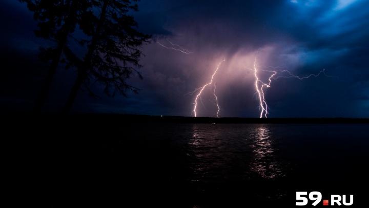 Осторожнее на дорогах: МЧС Прикамья продлило штормовое предупреждение из-за сильного ветра и гроз