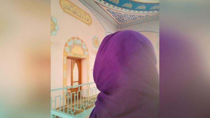 Будили ребёнка на молитвы: родные челябинки, принявшей ислам, рассказали, почему забрали у неё сына