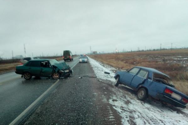 Машины не разъехались на скользкой дороге