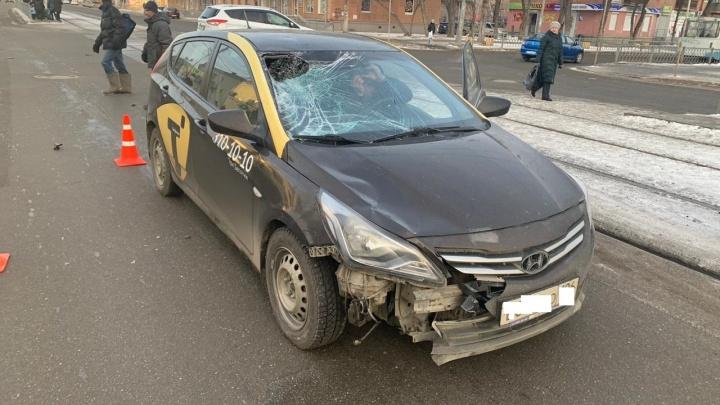 Бампер и стекло вдребезги: на Уралмаше таксист сбил пешехода, бежавшего на красный сигнал светофора
