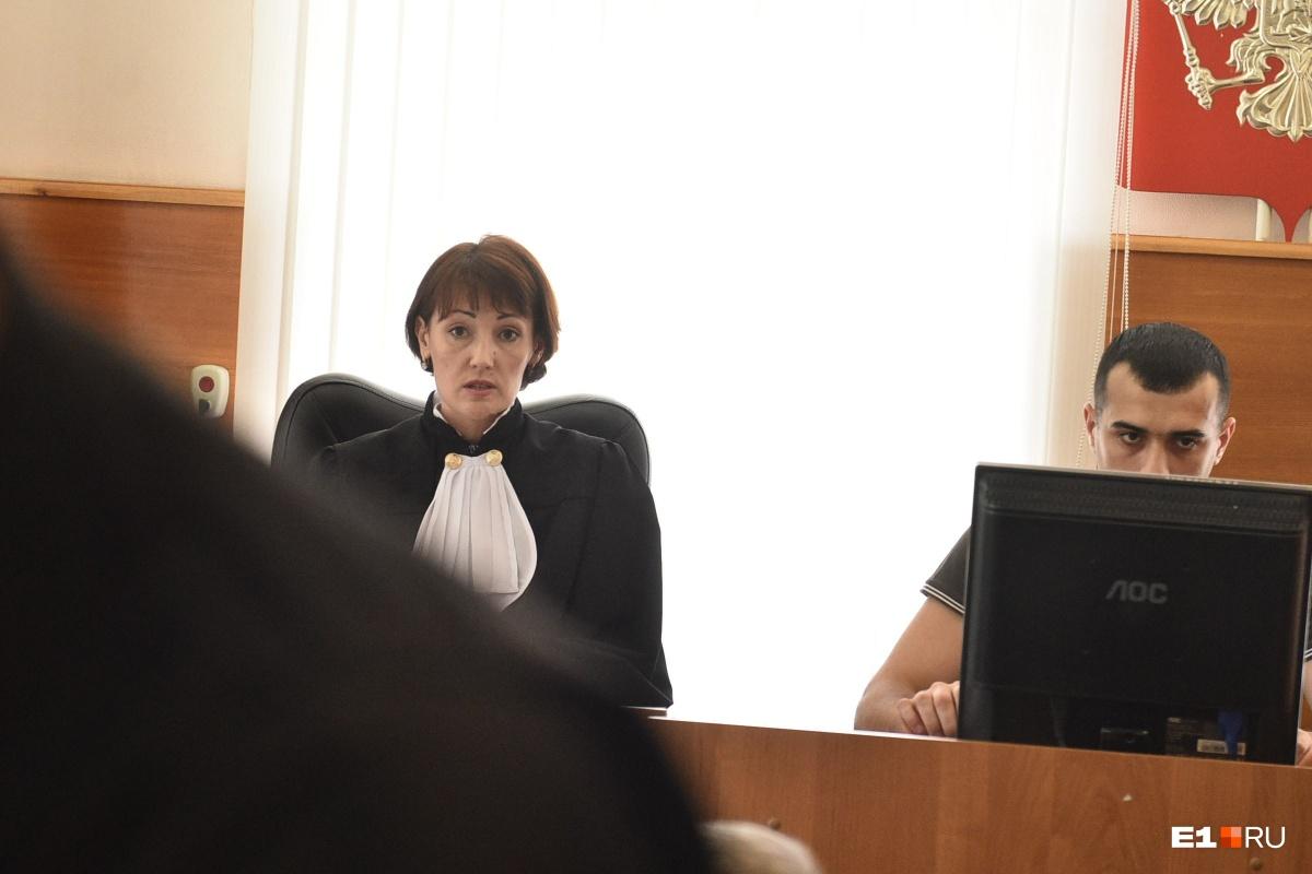 Судья Родионова зачитывает права Васильева