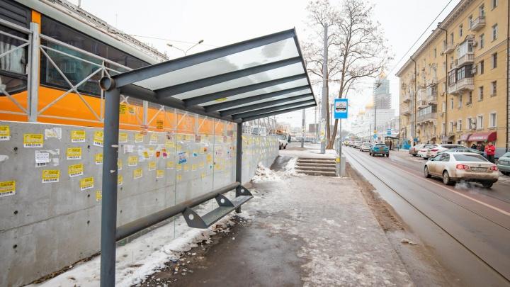 Получите и распишитесь: новые остановки в центре Ростова покрылись ржавчиной и рекламой