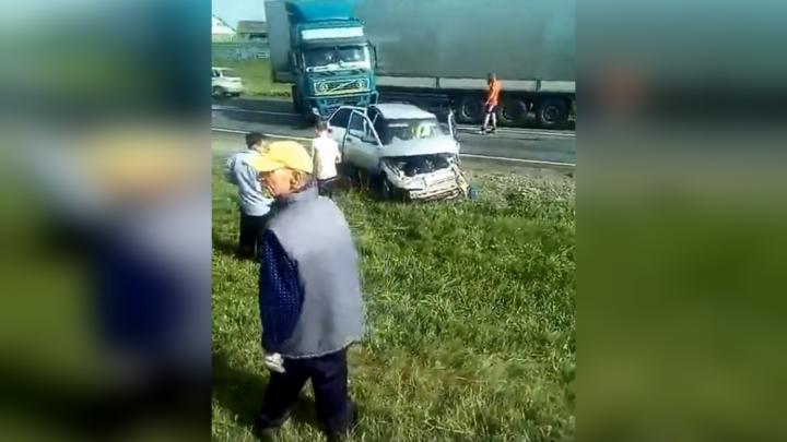 Двое детей в машине: в Башкирии фура влетела в ВАЗ