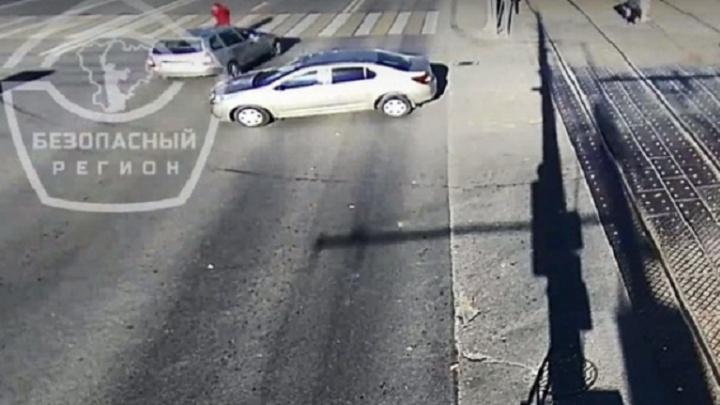 «Машина пролетела в сантиметре от меня»: волгоградка чудом спаслась в аварии на пешеходном переходе