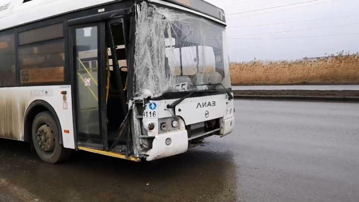 На юге Волгограда автобус въехал в световую опору