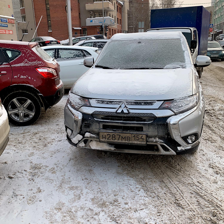 Женщина припарковалась вторым рядом