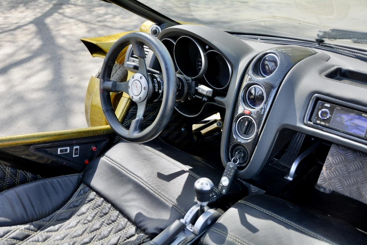 Чтобы уместить панель от VW Polo по ширине, пришлось вырезать кусок из её центральной части, но получилось хорошо