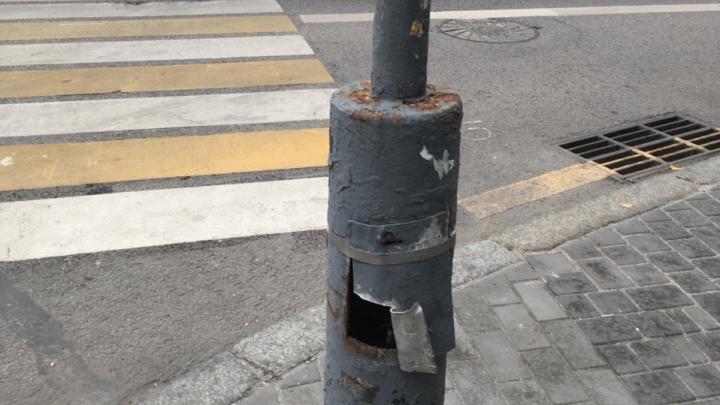 «Начал переписку с чиновниками зимой»: опасный светофор в центре Волгограда покрасили вместо ремонта