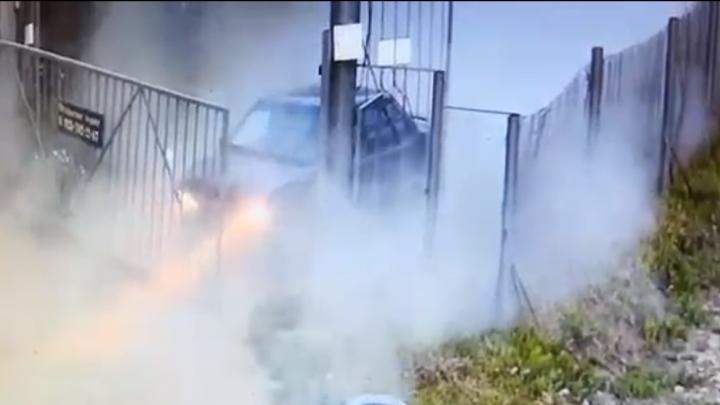 Водитель взял на таран ворота в коттеджном посёлке под Новосибирском и уехал
