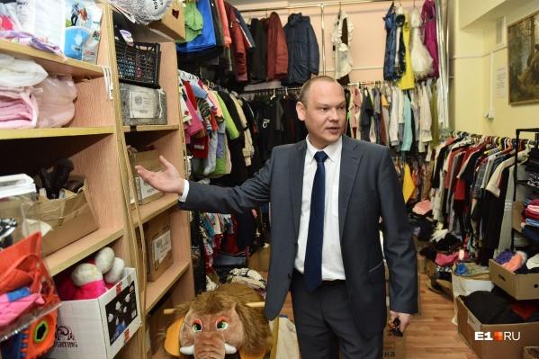 Дмитрий Смирнов в пункте приема и обмена вещей