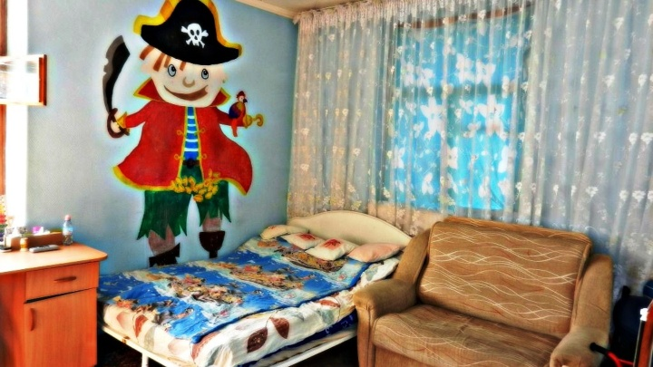 Огромный веер, пираты и стены из ковров: изучаем омские квартиры с экстравагантным дизайном