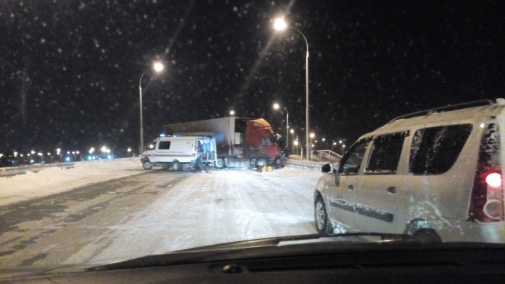 На выезде из Новосибирска развернуло фуру: пути на Северный объезд по Краснояровскому шоссе нет