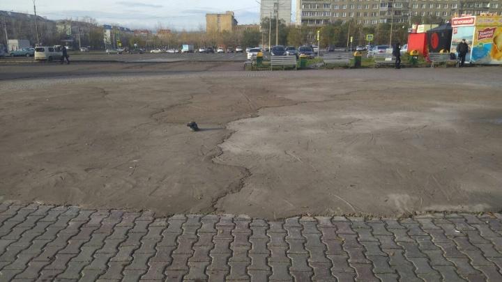 Площадь перед ТЦ «Красноярье» осталась в зиму с бетонной заплаткой вместо благоустройства