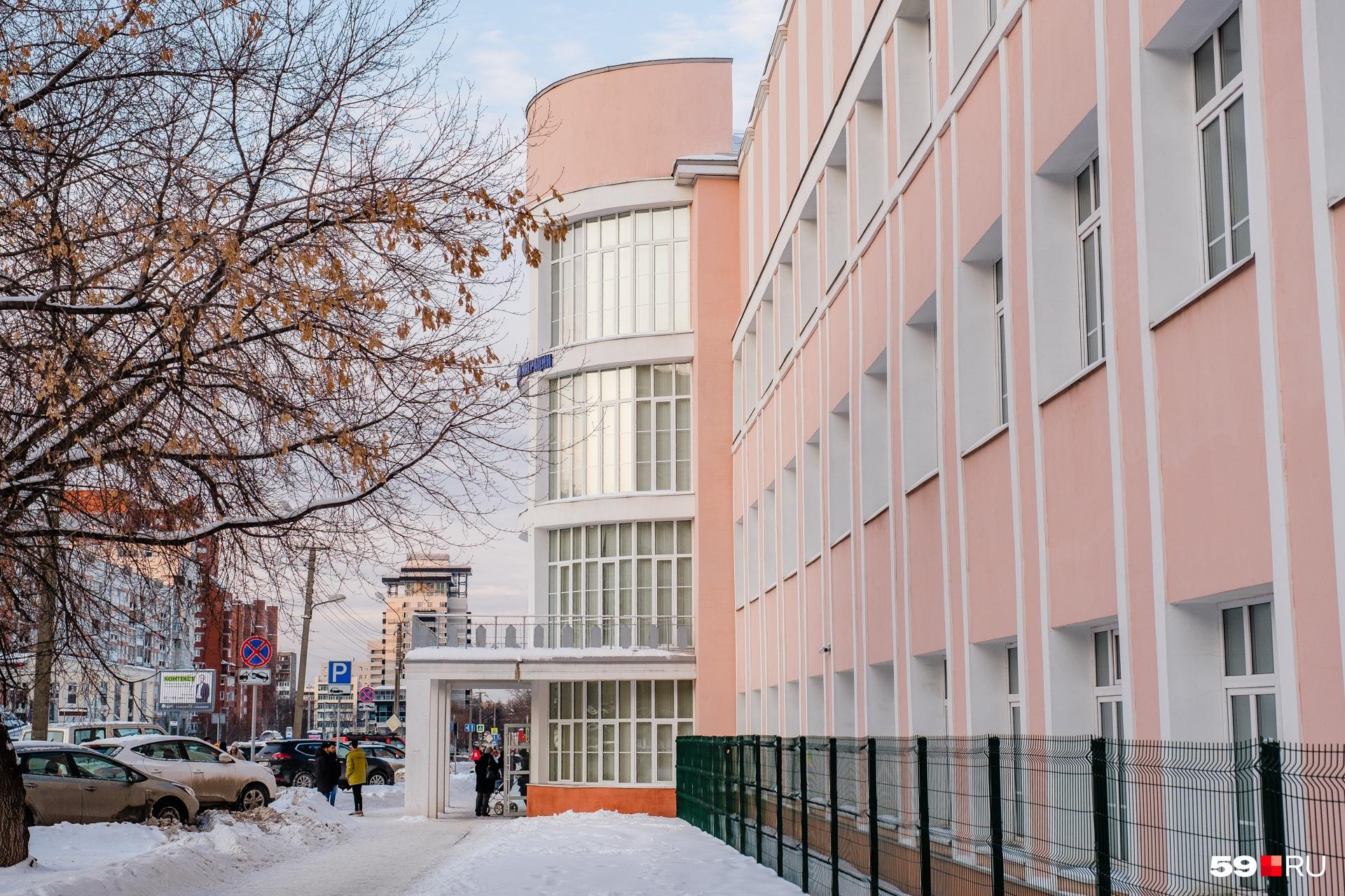 Из стены выступает полуцилиндрический объем, в котором расположен вход в здание