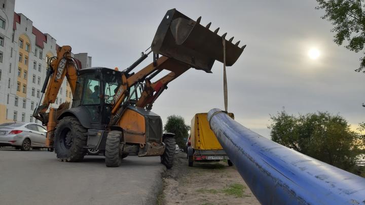Потери воды в «мёртвой зоне»: зачем на Набережной Архангельска собирают длинную синюю трубу