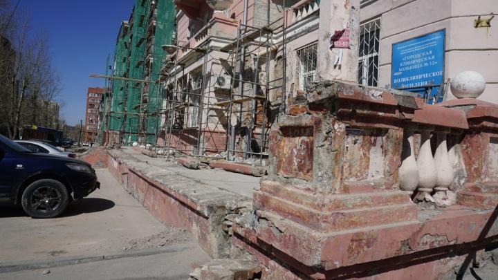 Разрушенную балюстраду на улице Авиастроителей заменят перилами