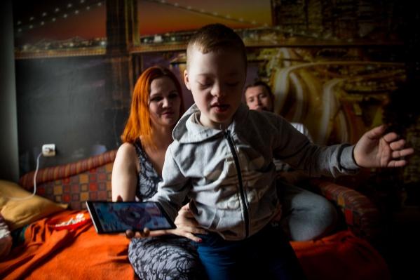 Александр Винюков женился на Анастасии Накашидзе, которая воспитывала маленького Диму с синдромом Дауна. Музыкант быстро подружился с мальчиком и стал считать его своим сыном