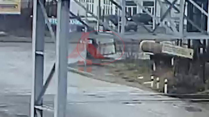 «Газель» боком проехала несколько метров: полное видео ДТП в Ярославле