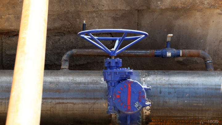 Семь домов остались без воды: в центре Уфы прорвало водопровод