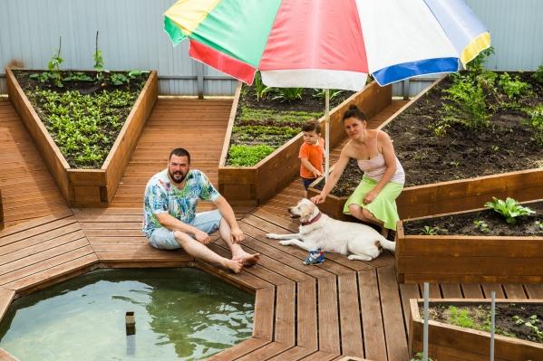 Семья Саитовых сделала необычный огород, который не загрязняется даже в дождь