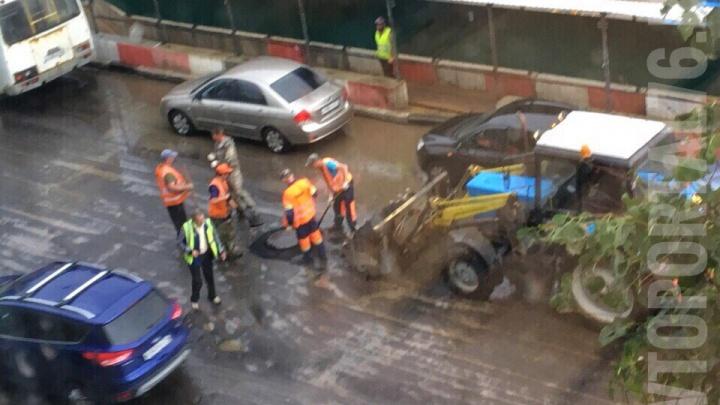 Дождь никого не смущал: ярославцы застукали дорожников, укладывающих в лужи асфальт