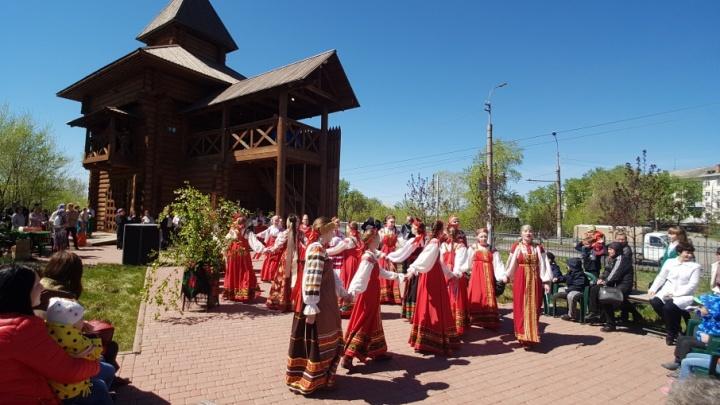 Мужчины учились борьбе на поясах, девушки плели венки, чтобы выйти замуж: в Кургане отметили Троицу