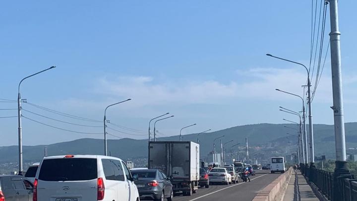Центр Красноярска встал в пробки после авиашоу