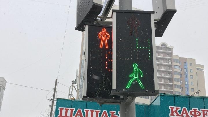 На перекрёстке в центре Новосибирска появился светофор, который горит зелёным и красным сразу